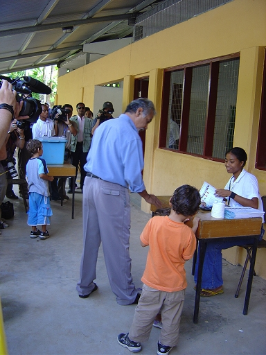 Xanana Gusmão mit Soehnen bei der Wahl