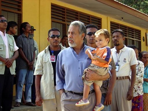 Xanana Gusmão mit Sohn auf dem Weg zur Wahl